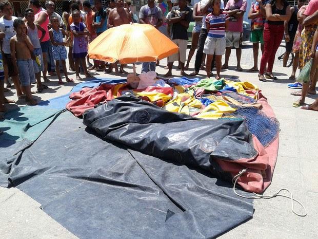 O menino foi encontrado no brinquedo inflável murcho que é mostrado na foto (Foto: Reprodução / WhatsApp)