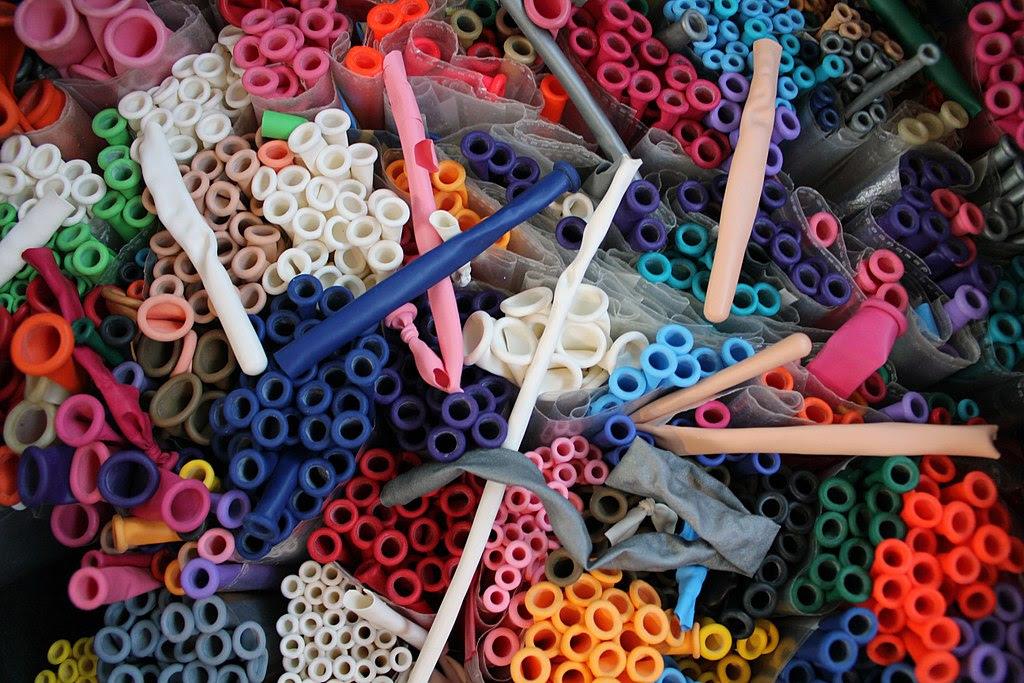 http://upload.wikimedia.org/wikipedia/en/thumb/4/43/BalloonsColoredModellingOverhead.jpg/1024px-BalloonsColoredModellingOverhead.jpg