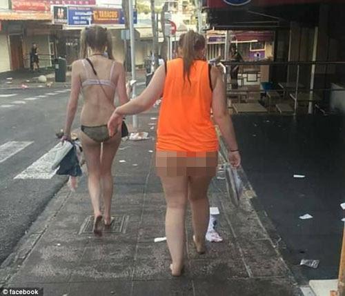 """Tranh cãi khi chị em diện đồ lót, """"mặc như không"""" ra phố - 5"""