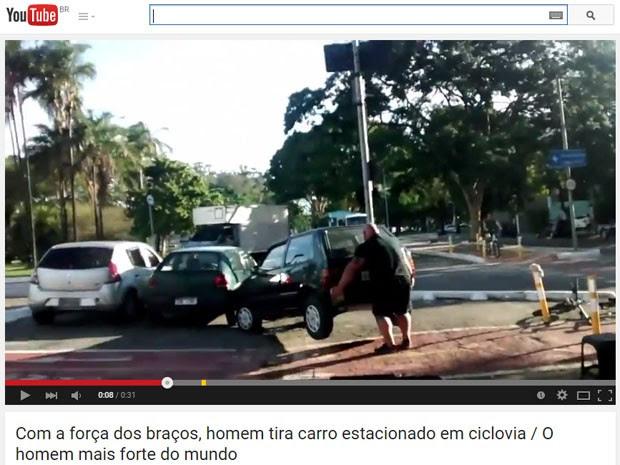 Vídeo mostra homem retirando Uno de ciclovia (Foto: Reprodução/YouTube)