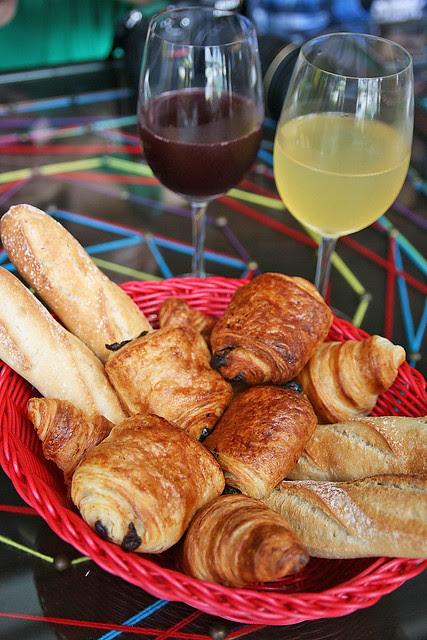 El Sabio Basket, with Sangria and White Sangria drinks
