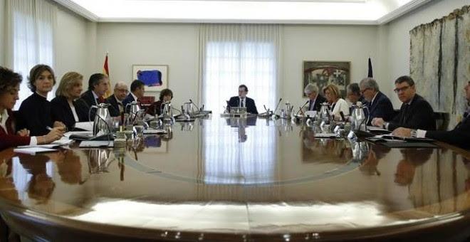 El jefe del Ejecutivo, Mariano Rajoy, preside la reunión extraordinaria del Consejo de Ministros en la que se aprobarán las medidas concretas en aplicación del artículo 155 de la Constitución, hoy el Palacio de la Moncloa. EFE/Juan Carlos Hidalgo