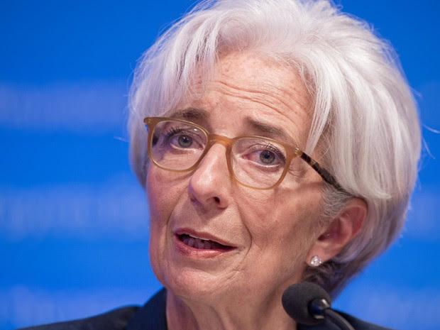 Diretora do FMI, Christine Lagarde, fala em coletiva de imprensa neste sábado (18), durante encontro do FMI e do Banco Mundial em Washington  (Foto: AFP Photo/Nicholas Kamm)