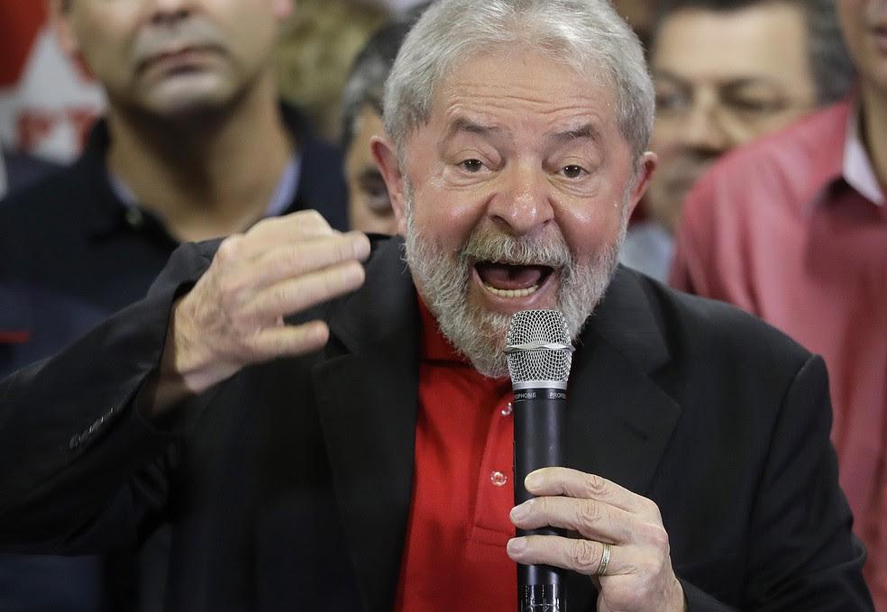 Lula foi condenado por corrupção passiva e lavagem de dinheiro. Ele discursou em SP um dia após a divulgação da sentença (Foto: Andre Penner/AP)