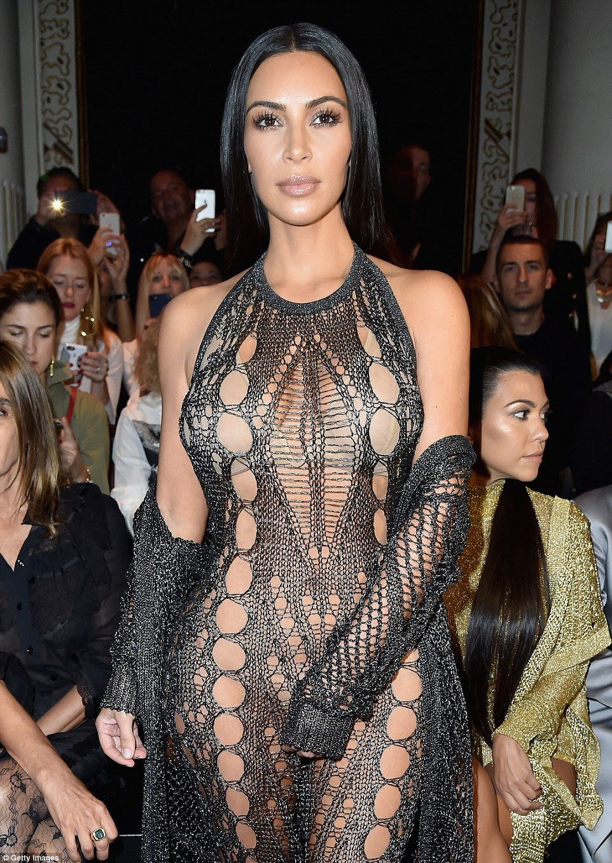 Naked Ambition: Na tentativa de cobrir sua modéstia, Kim usava um sutiã nua stick-on, o que deu a ilusão de que ela estava de topless de uma distância
