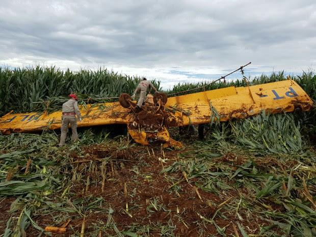 Avião de pulverização agrícola cai em Guarapuava, no interior do Paraná (Foto: Divulgação/ Corpo de Bombeiros)