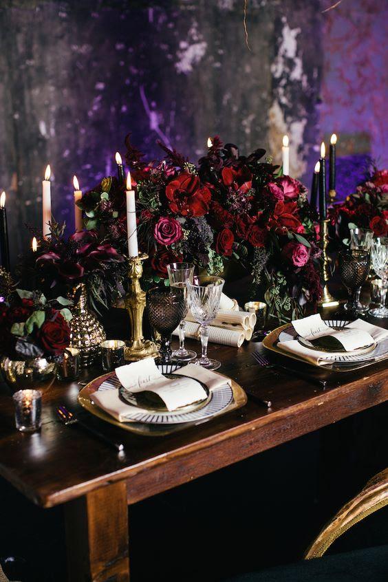 verfeinert wedidng Tabelle Einstellung mit moody ' Burgunder Blumen, Kerzen und vergoldeten details