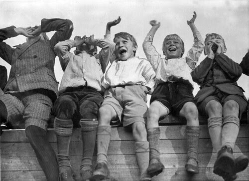 Juichende jongens bij VSV-DFC / Boys cheering when their  favorite team scores por Nationaal Archief