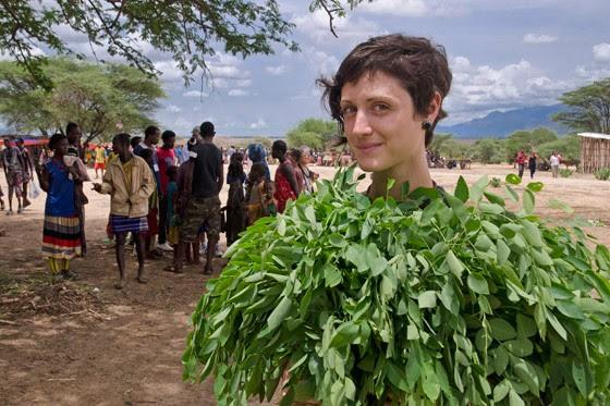 Thamyres compra um quilo de moringa fresca (Foto: © Haroldo Castro/Época)