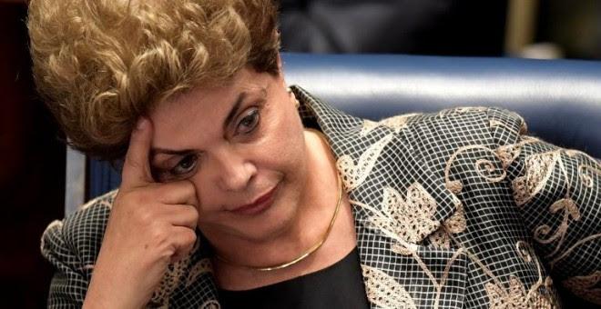 Dilma Rousseff gesticula durante el juicio político en su contra en el Senado. - AFP
