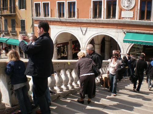 Señoras (y señores) que encuentran un post-it por la calle en Venecia