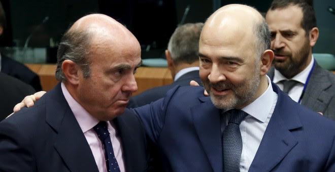 El ministro de Economía de España de Guindos y el comisario europeo Moscovici asisten a una reunión de ministros de Finanzas de la zona euro en Bruselas