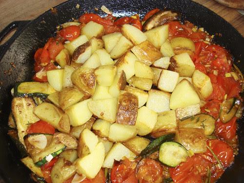 gebratene Kartoffeln mit Tomaten und Zucchetti