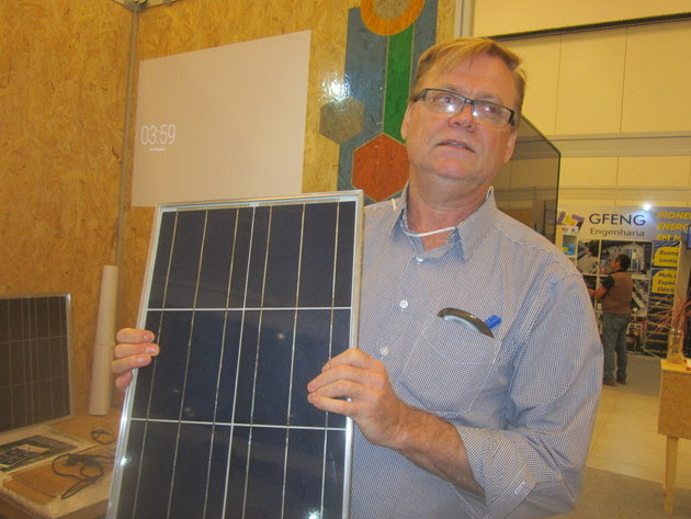 Willi Seilert, from the I9SOL Institute, explains how his solar panels are manufactured, during the Fair and Symposium on Energy Solutions for Amazonia, held in Manaus. He has a project to disseminate a thousand small solar panel factories in Brazil, in order to make photovoltaic generation cheaper in poor communities. Credit: Mario Osava/IPS