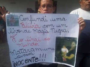 Amigos estenderam cartazes em passeata (Foto: Anna Gabriela Ribeiro / G1)