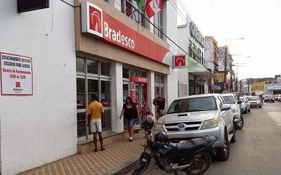 Mulher foi roubada quando se dirigia ao estacionamento do banco.