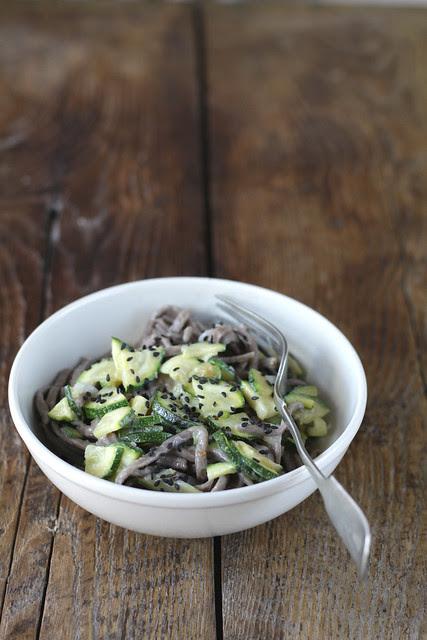 Soba con zucchine e sesamo nero