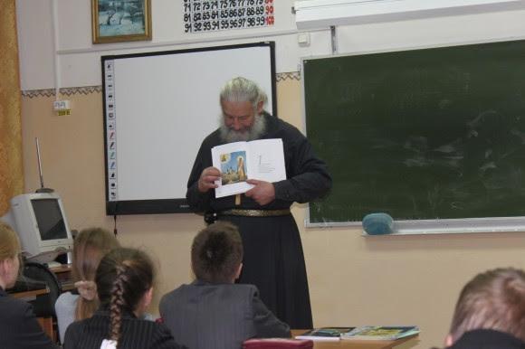 Отец Игорь выступает перед четвероклассниками