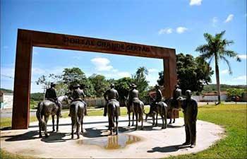 Portal Grande Sertão tem figuras humanas em bronze e fica na Praça Miguilim (Alexandre Guzanshe/EM/D.A Press - 14/3/12)