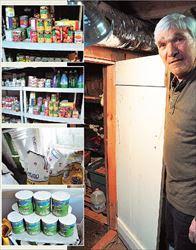 Ο Μπρους Χάρισον ανοίγει το κελάρι του. Μέσα υπάρχουν σχεδόν τα πάντα.  Κονσέρβες λαχανικών, τσουβάλια με αλάτι, ζάχαρη και αλεύρι και κουτιά με γάλα σε  σκόνη. Ολα σε απίστευτες ποσότητες, σαν να επίκειται μια μεγάλη καταστροφή