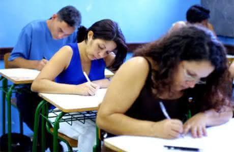 A prova é realizada por jovens e adultos que não conseguiram concluir os estudos no tempo certo. (Foto: Divulgação)