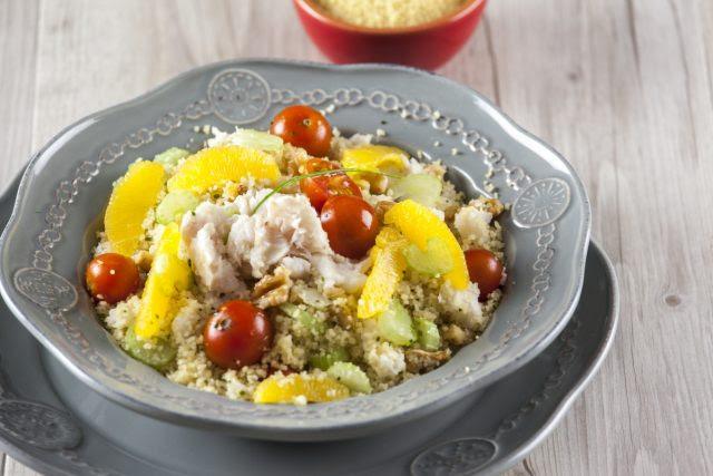 salada de cuscuz com peixe e laranja