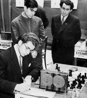 Boris Spassky à gauche, en compagnie de Mikhail Tal et Tigran Petrossian, lors de la 13ème ronde du 25ème championnat d'URSS à Riga en 1958