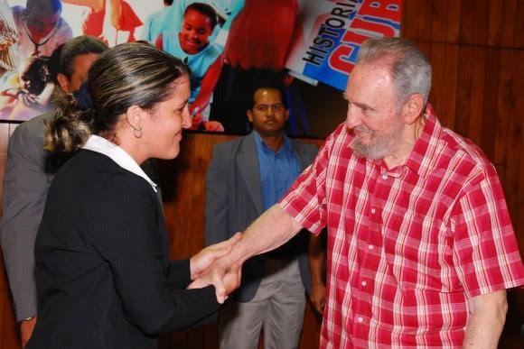 Fidel saluda a Yailín Orta. Foto: Estudios Revolución