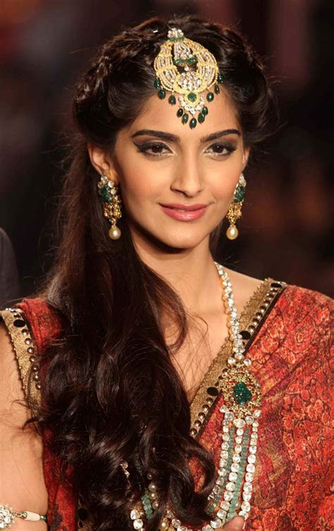 Download Gorgeous Sonam Kapoor at HD 2013 Photos Wallpaper
