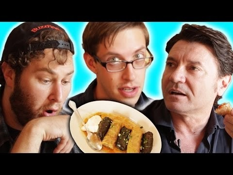 Amis essen zum ersten mal Kebapi, Sarma und Burek