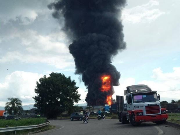 Trânsito teve que ser desviado após incêndio no bairro Alemoa, em Santos (Foto: Felipe Zito / Arquivo Pessoal)