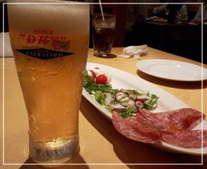 千葉「ベッラベーラ」にて、エキストラコールド飲み飲み、前菜盛り合わせ。