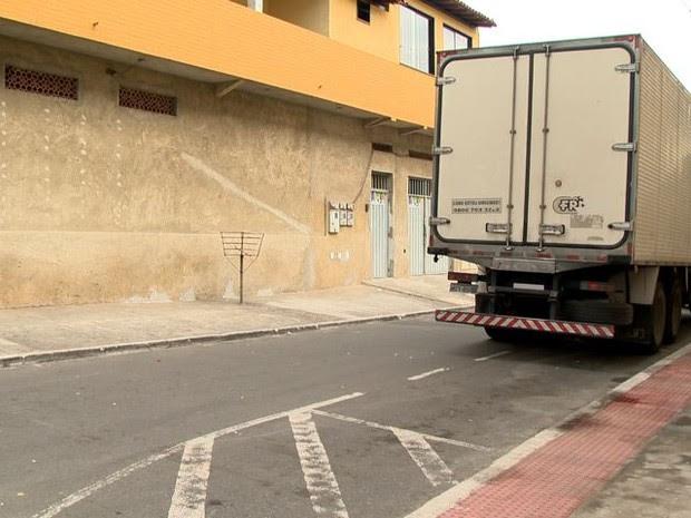 Rua em que homem foi assassinado em Feu Rosa, na Serra (Foto: Reprodução/ TV Gazeta)