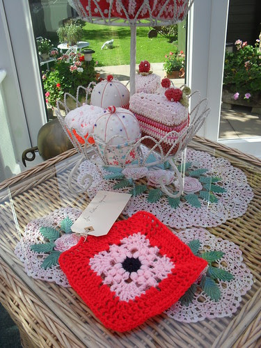 BrendaS2's Square for our 'Jan Eaton' Challenge. Love the pink with the red. Tiny bit of Navy in the centre!....>