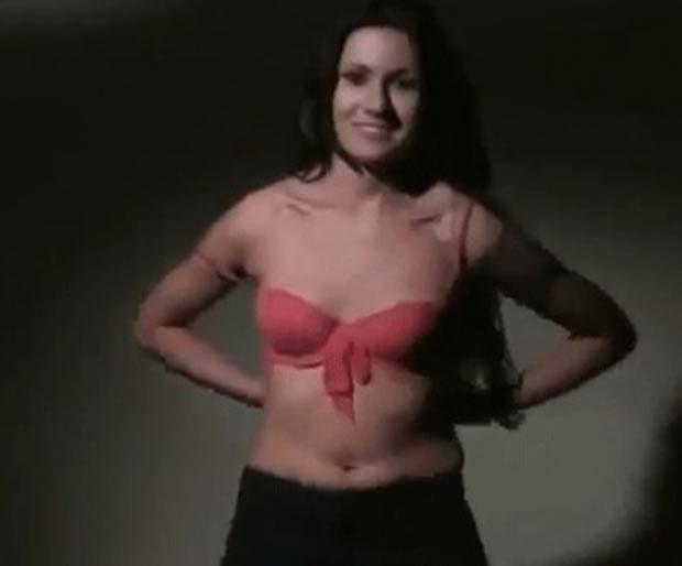 Katarzyna Lenart faz strip para chamar atenção dos eleitores. (Foto: Reprodução/YouTube)