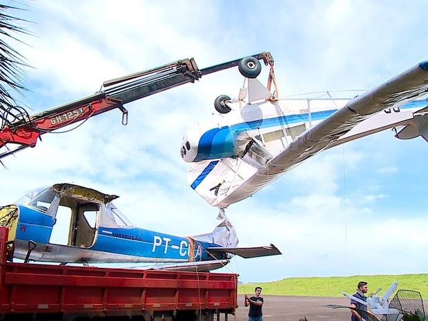Avião ficou danificado com a ventania foi removido (Foto: RBS TV/ Reprodução)