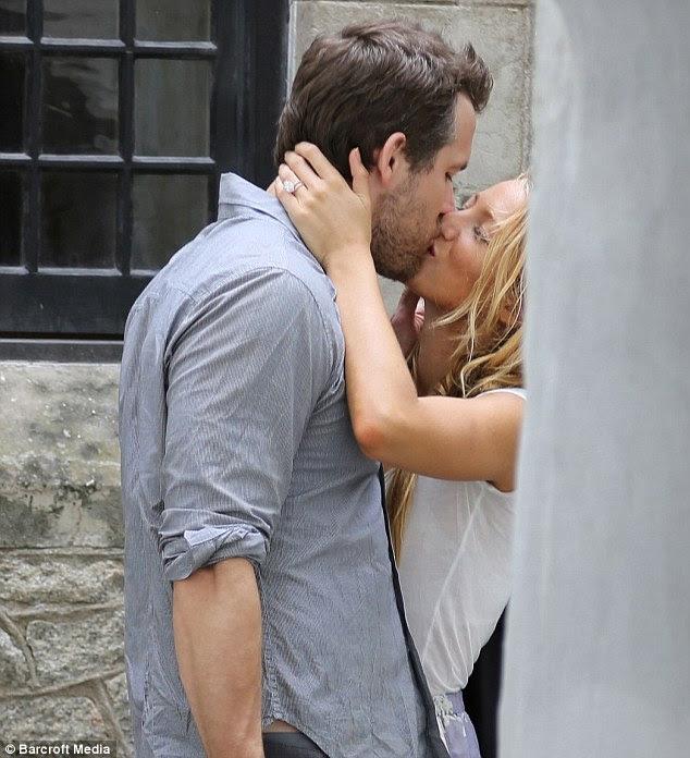 Blinding!  O, bu ayın başlarında Güney Carolina onların düğün sonra bir öpücük gün için yeni kocası Ryan Reynolds çekti Blake Lively ona yeni elmas yüzük gösterdi