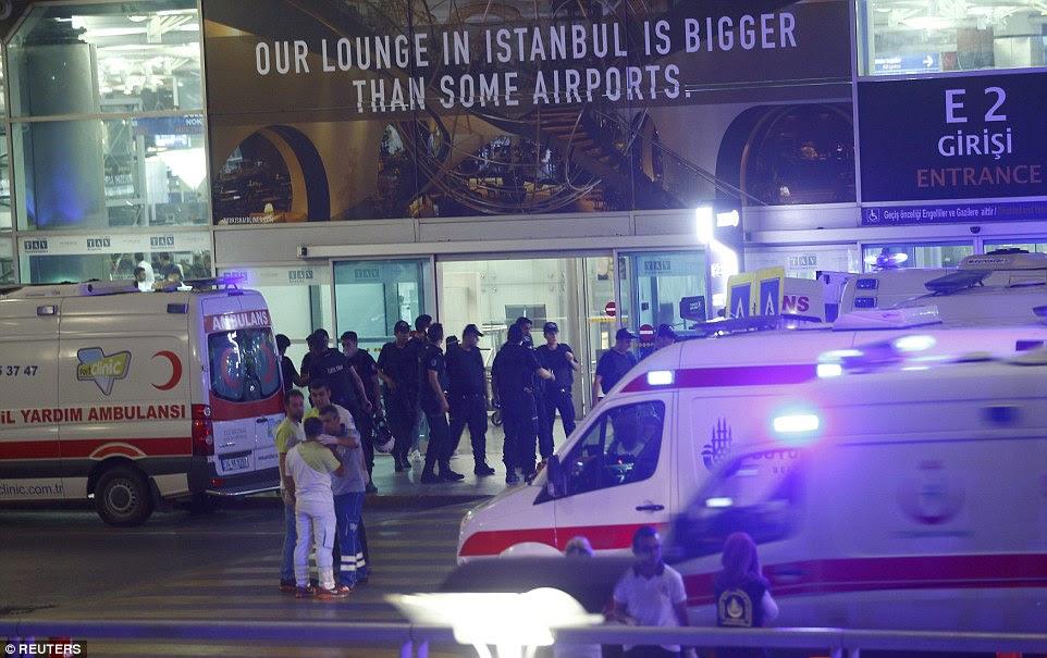 policiais e ambulâncias fora do terminal de chegadas internacionais, que foi atingido no que dizem as autoridades foi um ataque terrorista