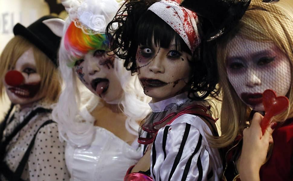 Pessoas fantasiadas participam de desfile de Halloween em rua de Kawasaki, sul de Tóquio (Japão)