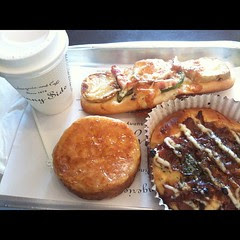 #lunch potato pizza, teri chicken, kouign aman (sp) & cappuccino @ sunny side #minoo #osaka #japan