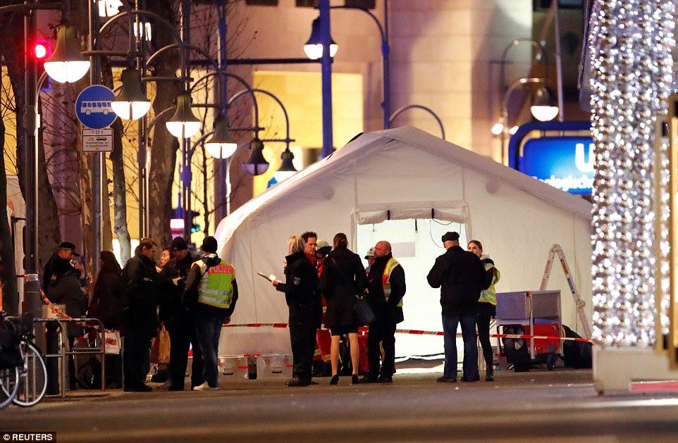 O caminhão correu para o mercado fora do marco Kaiser Wilhelm Memorial Church em torno das 7h na segunda-feira à noite