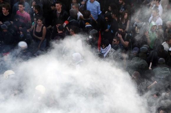 Manifestantes ea polícia italiana em uma nuvem de fumaça no centro de Roma.  Foto: AFP