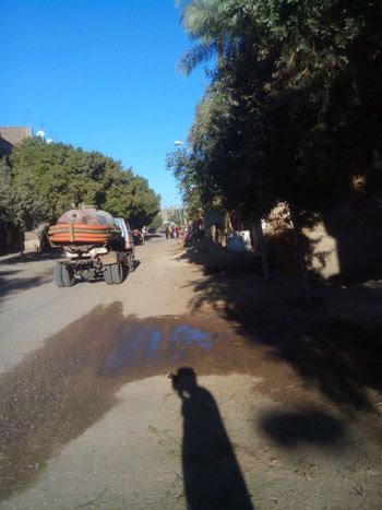 سيارة  كسح تفرغ مخلفات الصرف الصحى بإحدى ترع أسيوط (2)