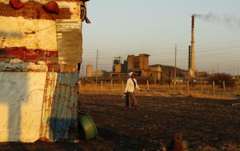 Una mujer cerca de la mina de Lonmin. | Reuters