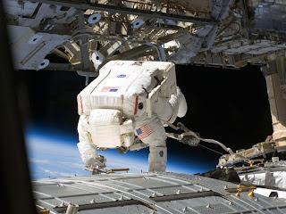 Astronauta trabajando en la ISS