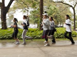 Sob 12 graus, grupo treina no parque do Ibirapuera.