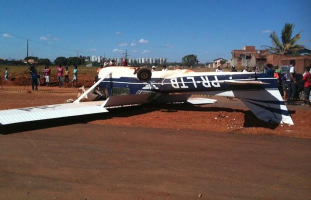 Avião faz pouso forçado na Avenida Leste-Oeste, em Goiânia, e fica com as rodas para o ar (Foto: Humberta Carvalho/G1)