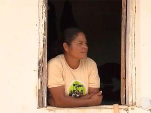Dona Janete Rodrigues economiza água da chuva para plantação em Cáem, na Bahia (Foto: Reprodução/TV Bahia)