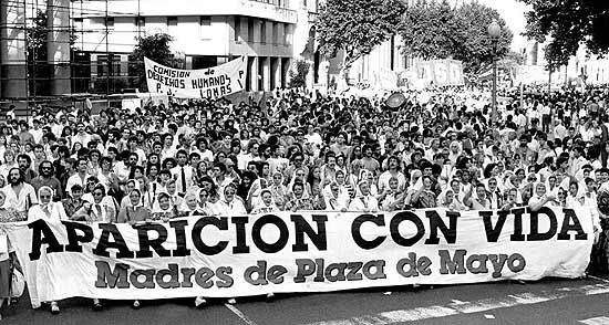 Mães da Praça de Maio realizam marcha pelos filhos desaparecidos em frente à Casa Rosada, em Buenos Aires