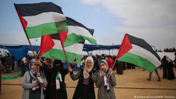 چهار دختر فلسطینی با پرچمهای فلسطین در تظاهرات نزدیک مرز اسرائيل در خان یونس